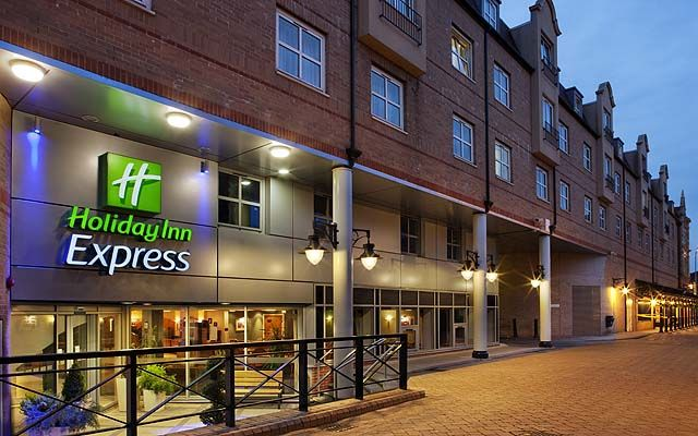Hotel holiday inn express hammersmith 2 avec traversee for Hotel piscine londres